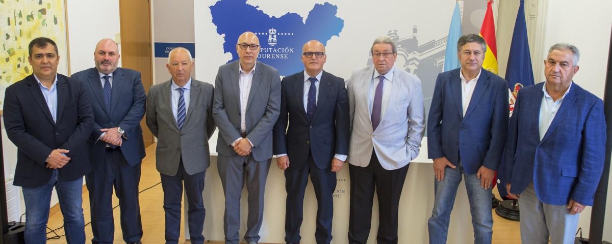 Manuel Baltar, cos alcaldes, no acto de sinatura de convenios cooperación